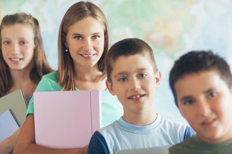 Szkoła Podstawowa ucznie w sala lekcyjnej zdjęcie royalty free