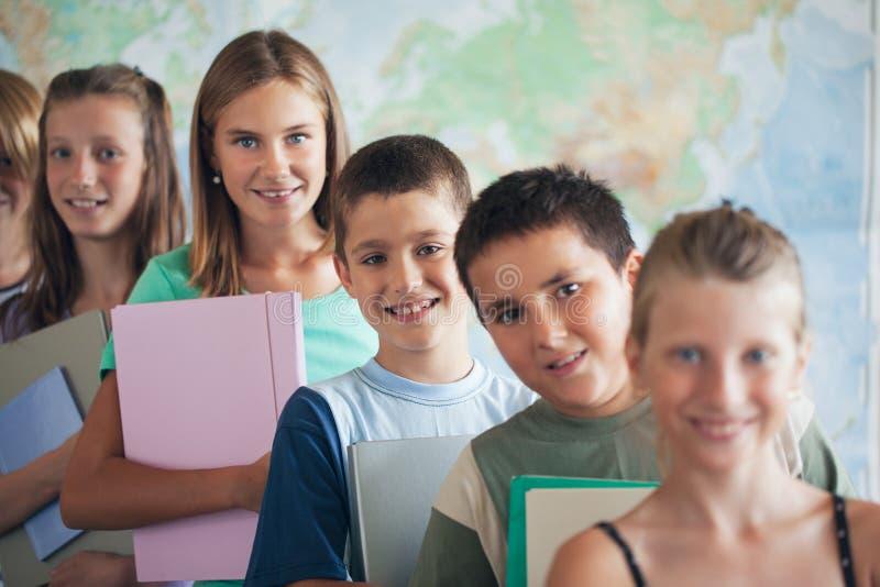 Szkoła Podstawowa ucznie w sala lekcyjnej zdjęcia stock