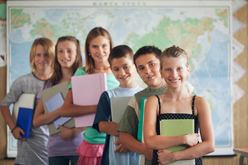 Szkoła Podstawowa ucznie w sala lekcyjnej fotografia stock
