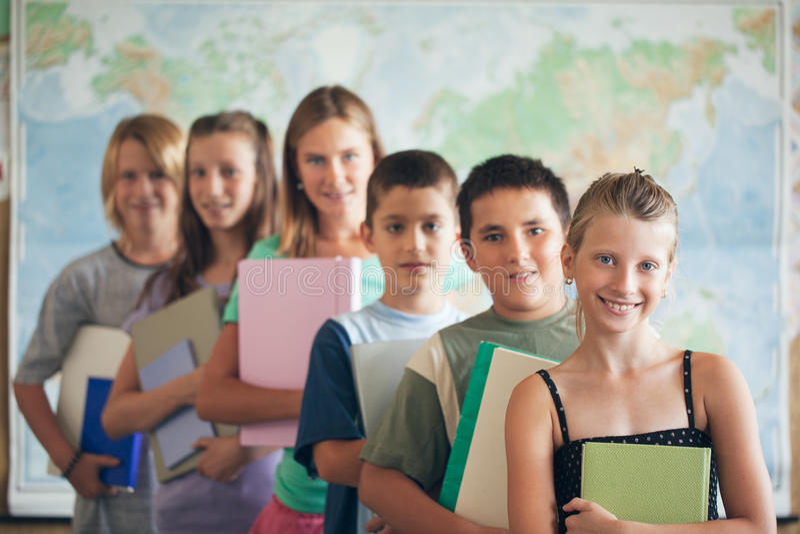 Szkoła Podstawowa ucznie w sala lekcyjnej obraz stock