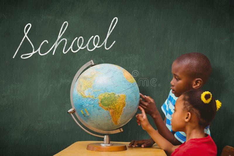 Szkoła przeciw zielonemu chalkboard fotografia stock