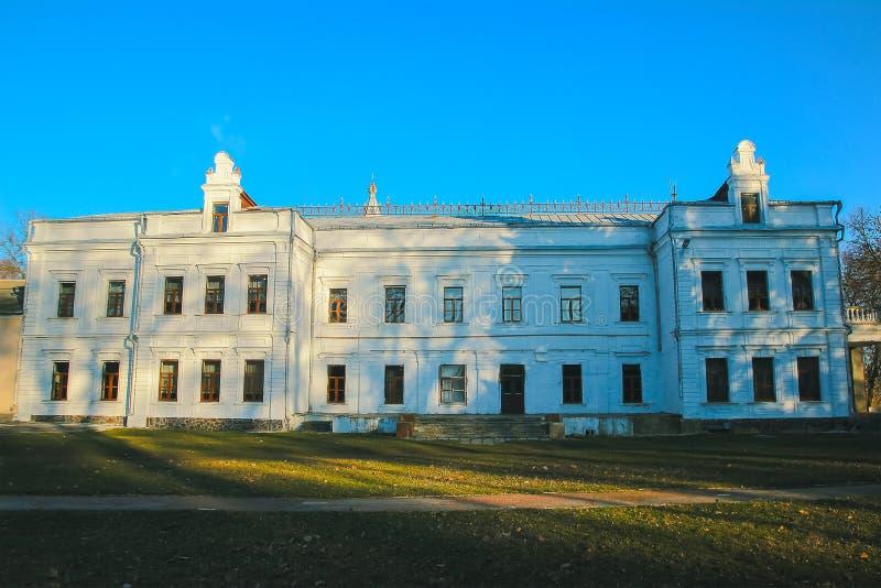Szkoła przy miasteczkiem Andrushivka, Ukraina zdjęcie stock