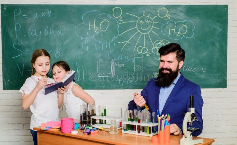 Szkoła szkolna Rury testowe nauczycieli i uczniów w klasie Klub tematyczny chemii Dzieci mogą rosnąć w okolicy klubu obrazy stock
