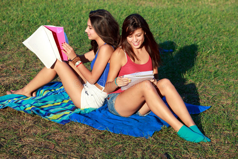 szkoła wyższa ładni studiowania nastolatkowie zdjęcia stock