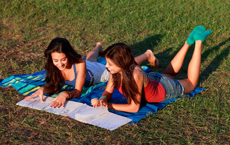 szkoła wyższa ładni studiowania nastolatkowie zdjęcie royalty free