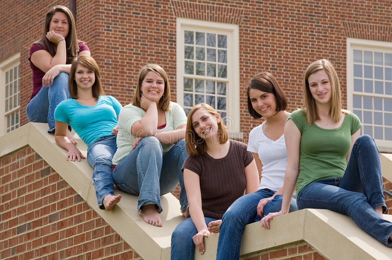 szkoła wyższa dziewczyn grupa zdjęcia royalty free