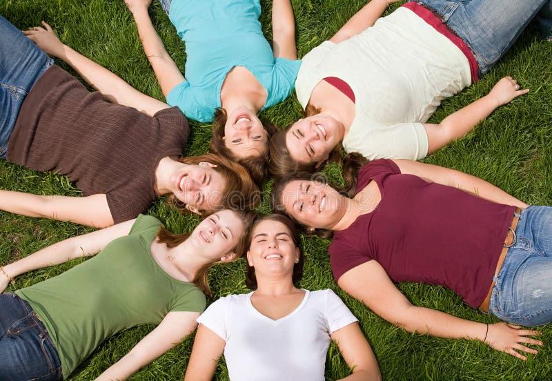 szkoła wyższa dziewczyn grupa zdjęcie royalty free