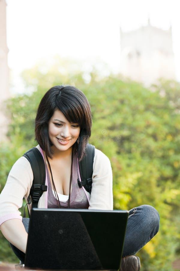 szkoła wyższa laptop mieszający biegowy uczeń zdjęcie stock