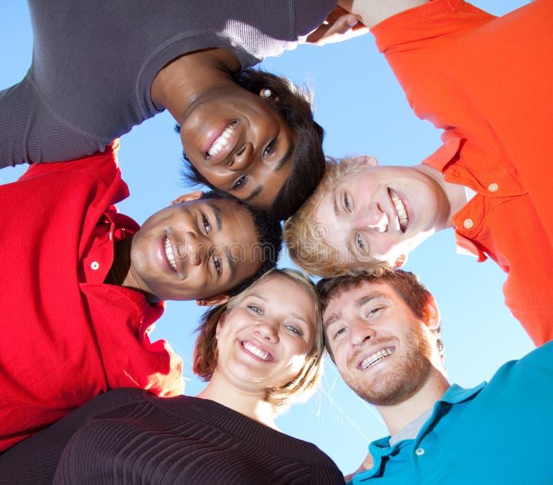 szkoła wyższa stawia czoło wielorasowych uśmiechniętych uczni zdjęcie stock