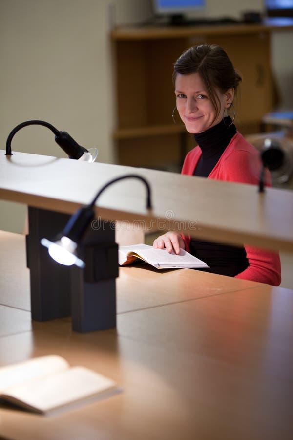 szkoła wyższa uczeń żeński biblioteczny ładny zdjęcie stock