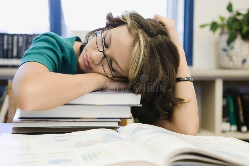 Szkoły Średniej Studencki dosypianie w bibliotece obrazy stock