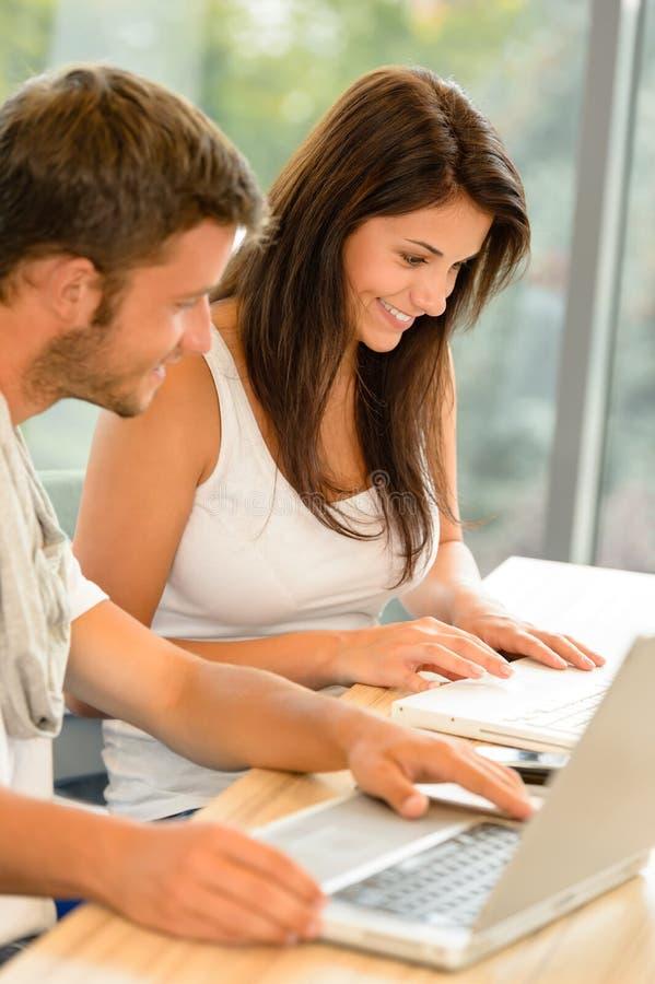 Szkoły średniej ucznie target39_1_ na laptopach w nauce obraz stock