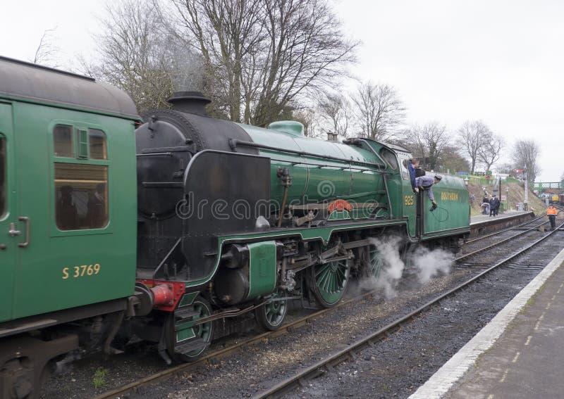 SZKOŁY klasy lokomotywa NA W POŁOWIE HANTS KOLEJOWYM Watercress Li zdjęcie stock