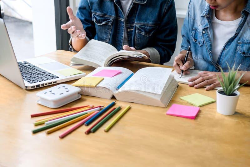 Szko?y ?redniej student collegu lub adiunkta grupy obsiadanie przy biurkiem w, robi? pracy domowej i lekcji praktyce zdjęcie stock