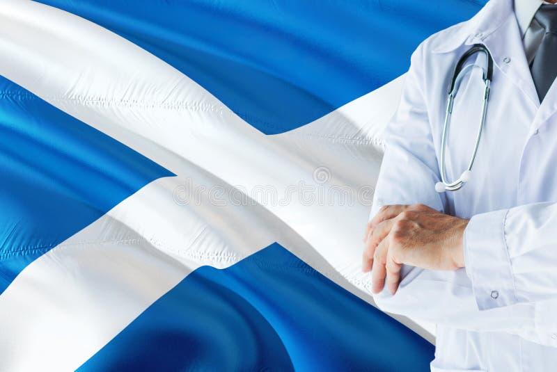Szkocka Doktorska pozycja z stetoskopem na Szkocja flagi tle Krajowy system opieki zdrowotnej poj?cie, medyczny temat zdjęcie stock