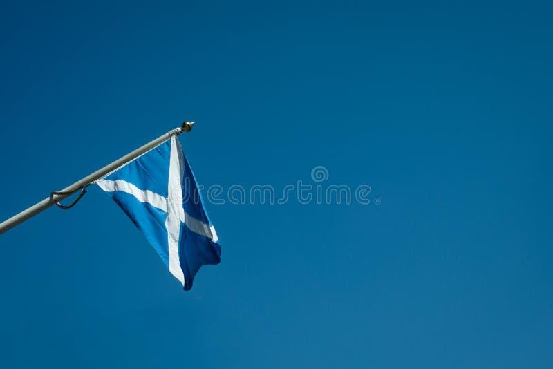 Szkocka flaga Przeciw Jasnemu niebieskiemu niebu Z kopii przestrzenią obraz royalty free