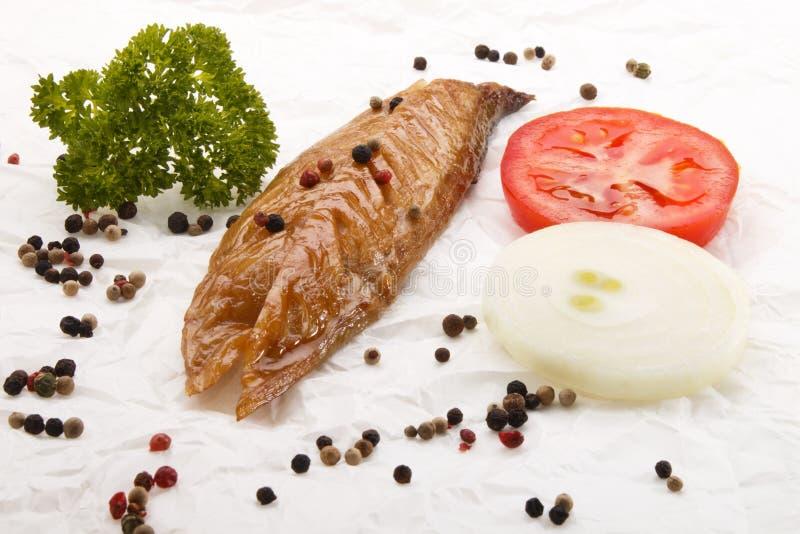 Szkocki śniadanie z uwędzoną makrelą, cebulą, pomidorem i parsl, zdjęcie stock