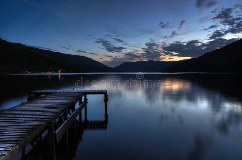 Szkocki Loch Zarabia w Świątobliwej Fillans wiosce z p obraz royalty free