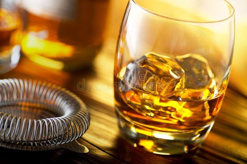 Szkocki whisky na skałach zdjęcie stock