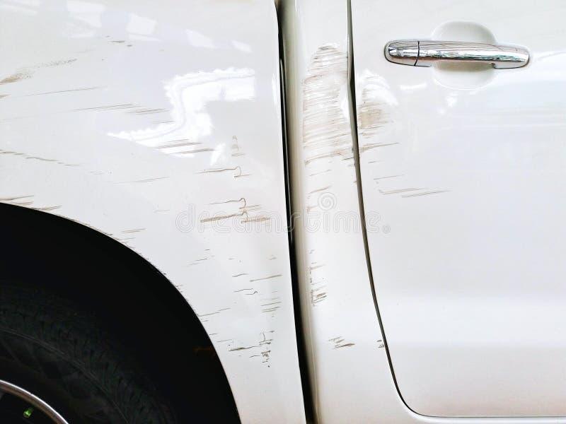 Szkoda i Drapający z białym samochodem zdjęcia stock
