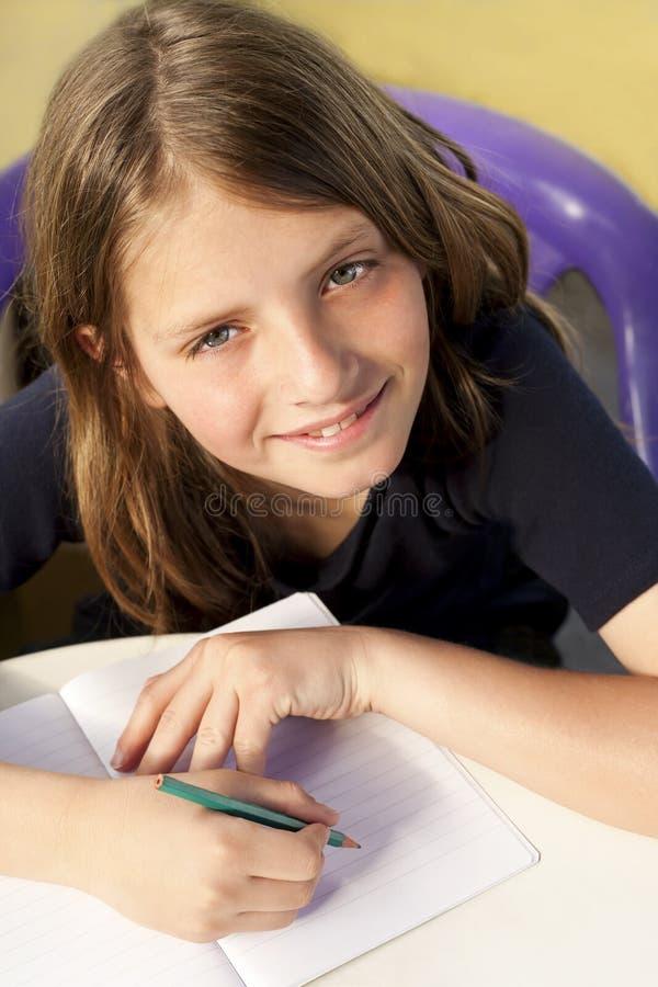 Szkolna chłopiec pisze zdjęcia stock