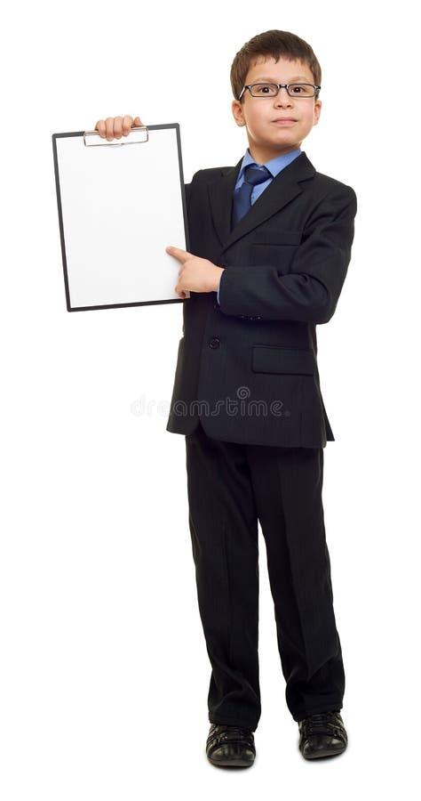 Szkolna chłopiec w kostiumu i pusty papier ciąć na arkusze w schowku na biały odosobnionym, edukaci pojęcie fotografia stock