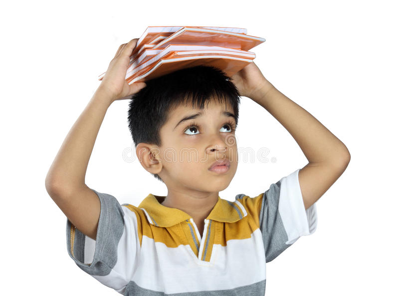 Szkolna chłopiec z podręcznikiem zdjęcia royalty free