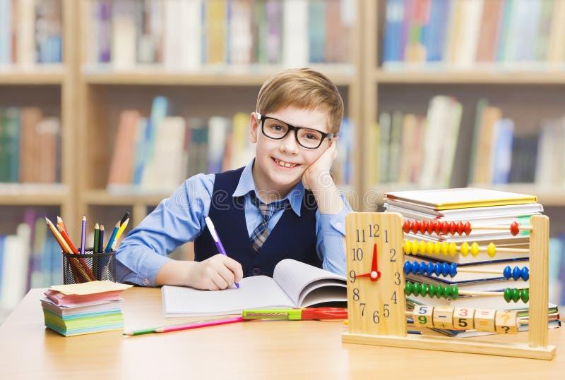 Szkolna dzieciak edukacja, Studencki chłopiec studiowanie Rezerwuje, małe dziecko ja zdjęcie stock