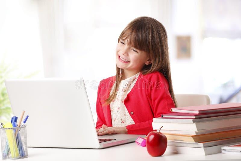 Szkolna dziewczyna i nowa technologia obrazy royalty free