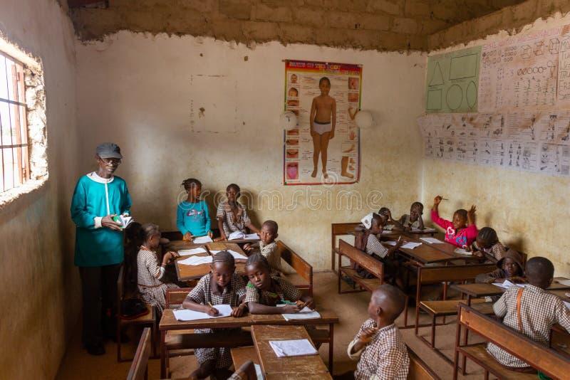 Szkolna sala lekcyjna w Mariama Kunda, Gambia obraz stock