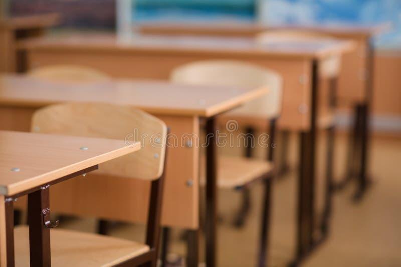 Szkolna sala lekcyjna w plamy tle bez młodego ucznia obraz stock