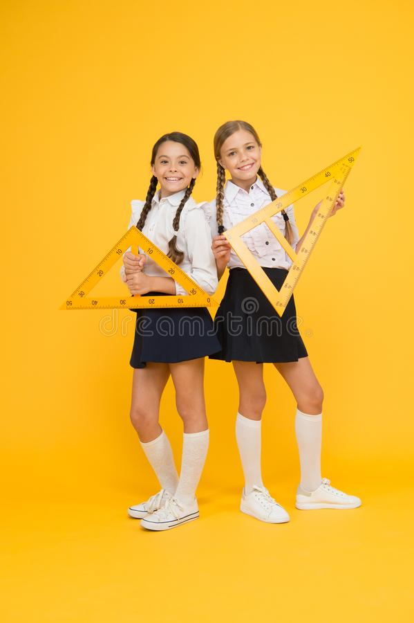 Szkolna uczeń nauki geometria Uczeń szkolnych dziewczyn duże władcy Szkolna wiedza Bada świat z matematyką matematycznie fotografia royalty free