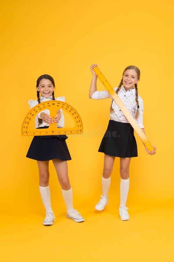 Szkolna uczeń nauki geometria Uczeń szkolnych dziewczyn duże władcy Szkolna wiedza Bada świat z matematyką odkrywa zdjęcia royalty free