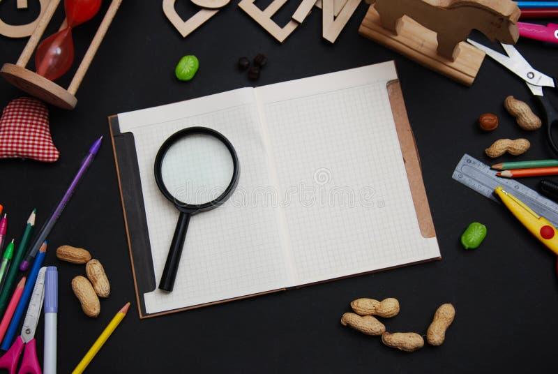 Szkolne dostawy na Blackboard tle z Otwartym notatnikiem dla notatek tylna koncepcji do szkoły Odgórny widok zdjęcia royalty free