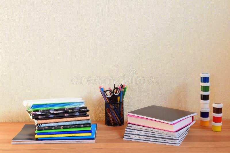 Szkolne dostawy na stole fotografia stock