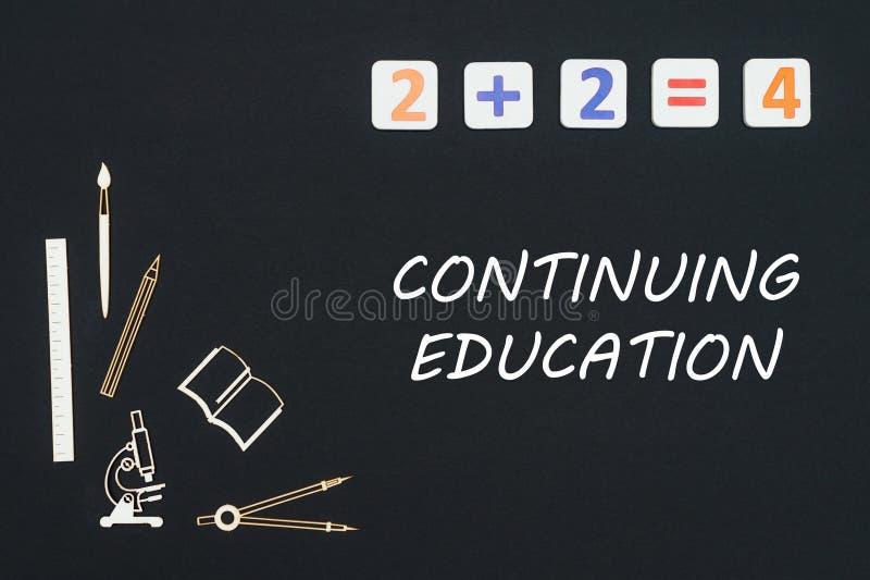 Szkolne dostawy umieszczać na czarnym tle z słowami kontynuuje edukację ilustracja wektor