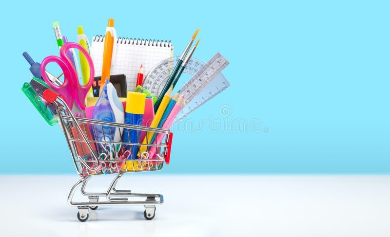 Download Szkolne Dostawy W Wózek Na Zakupy Zdjęcie Stock - Obraz złożonej z pomysły, różnica: 57666474