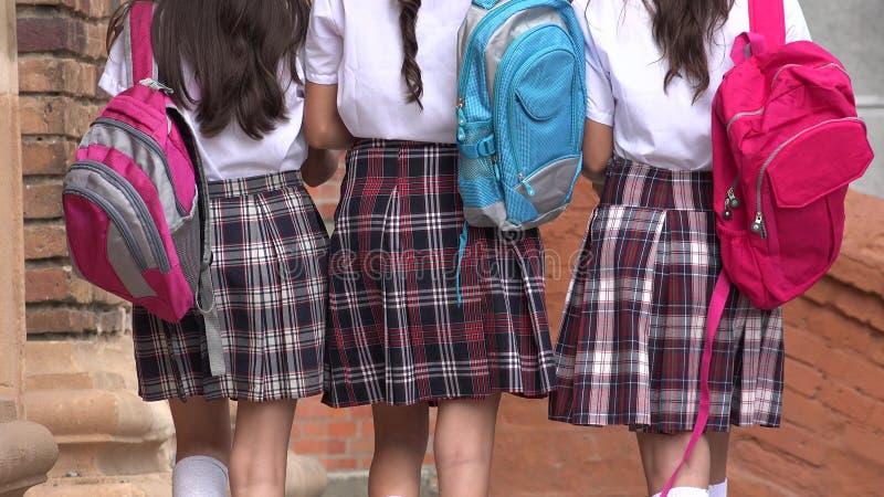 Szkolne dziewczyny Chodzi Z plecakami obraz royalty free