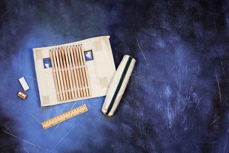 Szkolne i biurowe dostawy na textured tle, odg?rny widok z kopii przestrzeni? obraz stock