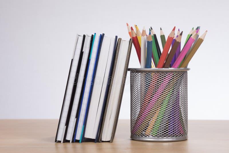 Szkolne książki z setem barwione ołówkowe kredki fotografia stock