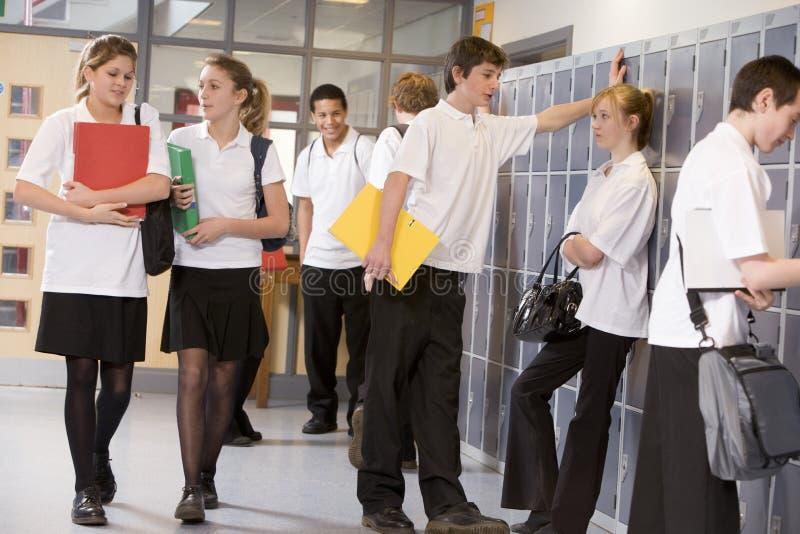 szkolne wysokich szafek uczniów fotografia royalty free