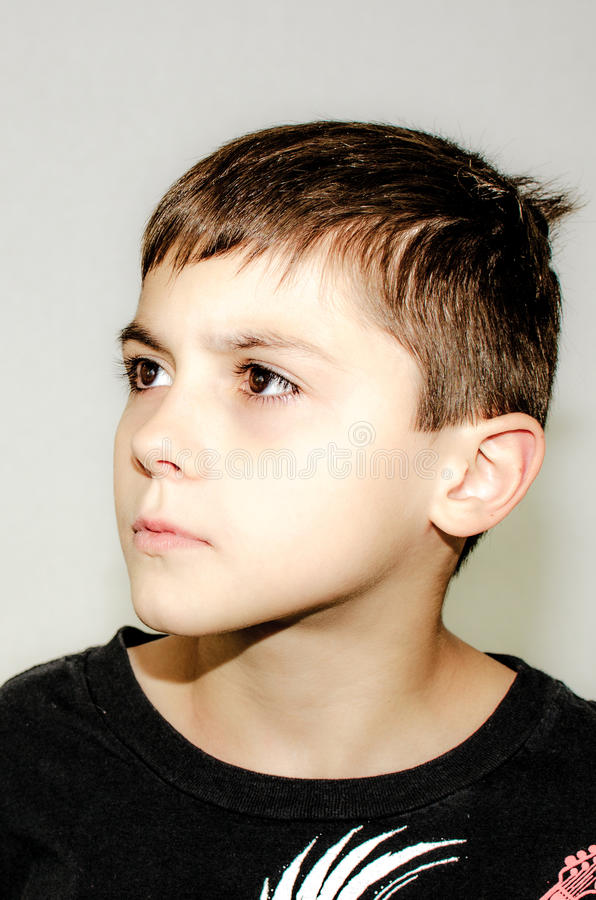 Szkolnego wieka chłopiec Patrzeje Poważny Popierać kogoś fotografia stock