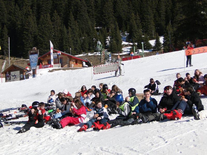 szkolni narciarscy ucznie zdjęcie royalty free