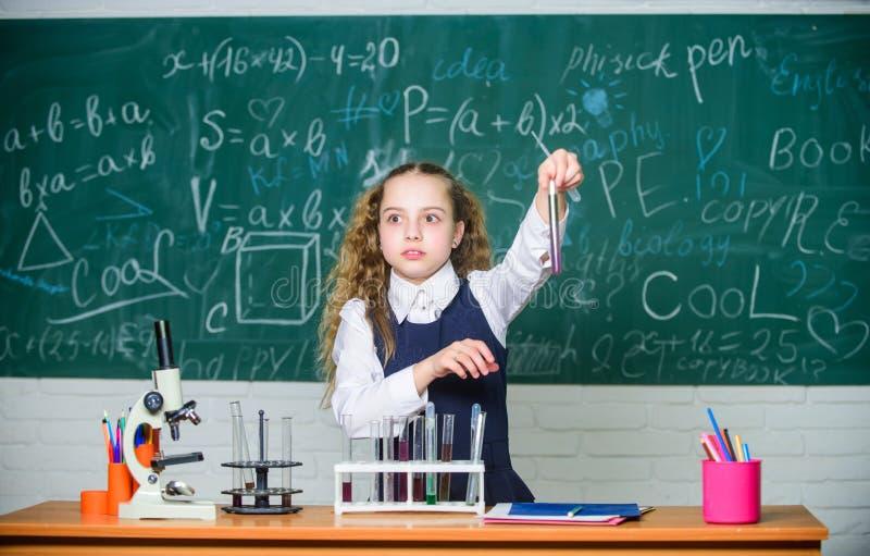 Szkolni uczeń nauki substancji chemicznej ciecze Szkolna chemii lekcja Próbne tubki z substancjami formalna edukacja przyszłość fotografia royalty free