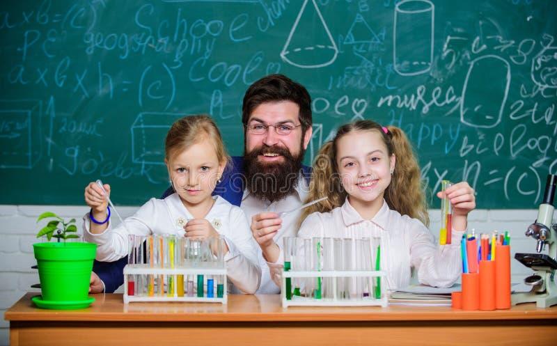 Szkolny biologia eksperyment Wyja?nia? biologi? dzieci Dlaczego ciekawi? dziecko nauk? Fascynuj?ca biologii lekcja zdjęcia stock