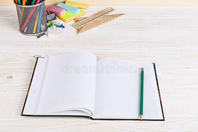 Szkolny biurko w klasie, z notatnikiem i o? zdjęcia royalty free