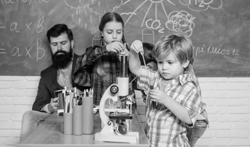 Szkolny chemii laboratorium tylna szko?y poj?cie edukacyjny Ucznie w chemii klasie szcz??liwy dziecko nauczyciel zdjęcie royalty free
