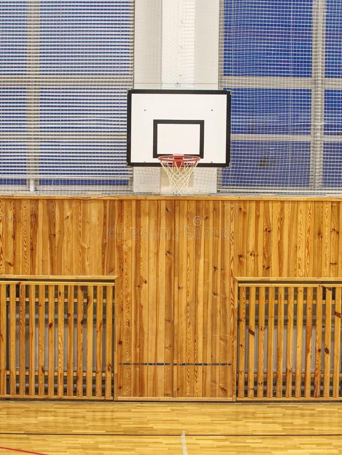 Szkolny gym z koszykówka kosza deską obraz stock