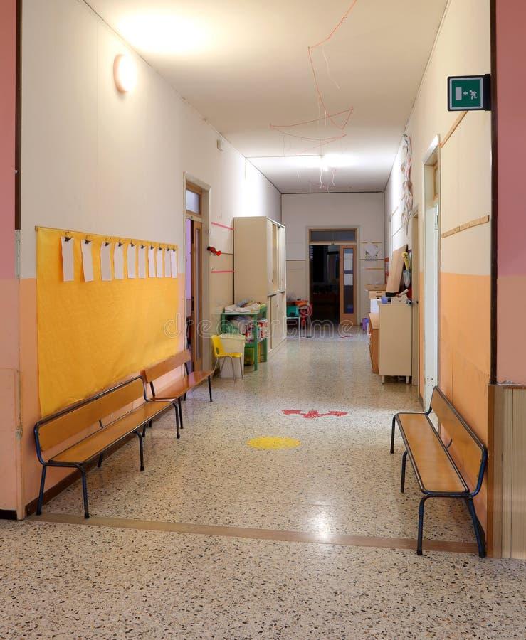 Szkolny korytarz bez dzieci obraz royalty free
