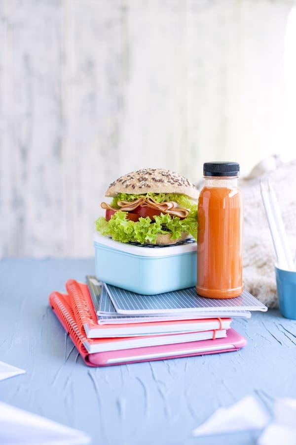 Szkolny lunch i szkolni notatniki miejsce tekst Butelka z okiem i kanapką fotografia royalty free